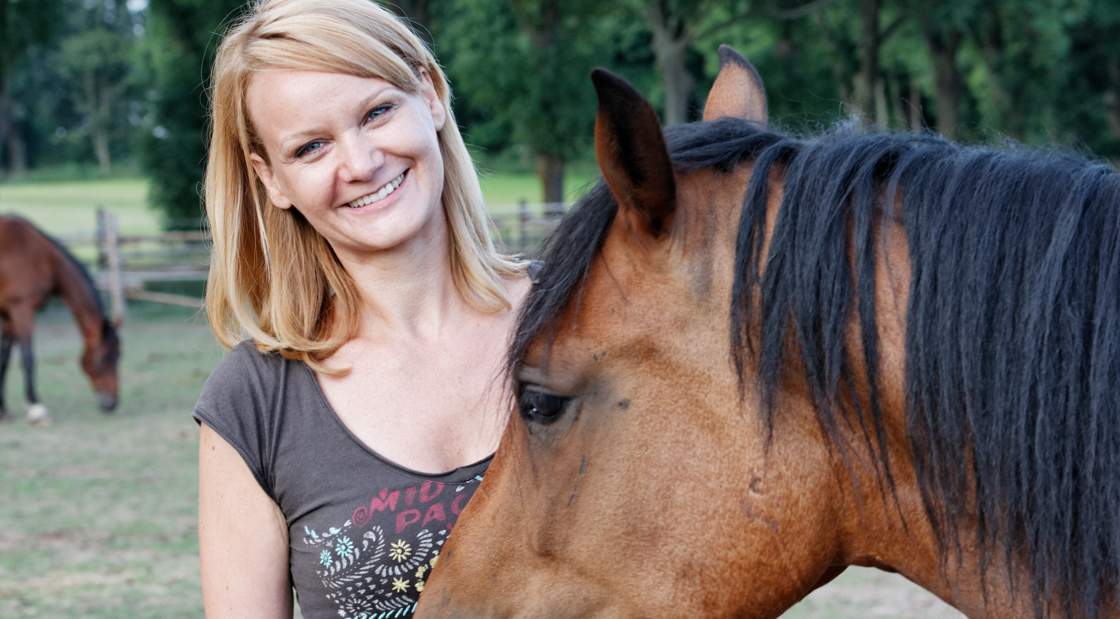 tierkommunikation-berlin-bundesweit-tiere-verstehen-hundeflüsterer-tierkommunikatorin-claudia-serdynski-mit-pferd.jpg