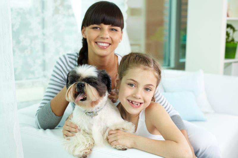 Glückliche Familie mit Hund