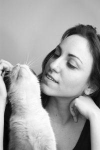 Frau mit Katze kann mit Tieren sprechen